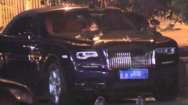 李云迪与美女约会温文尔雅,开豪车出来停路边随地小便