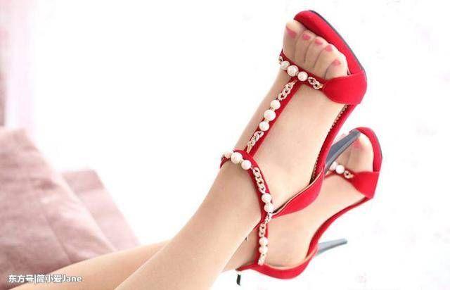 简洁到的鞋型加上尖头的设计给我们一种利落的美感