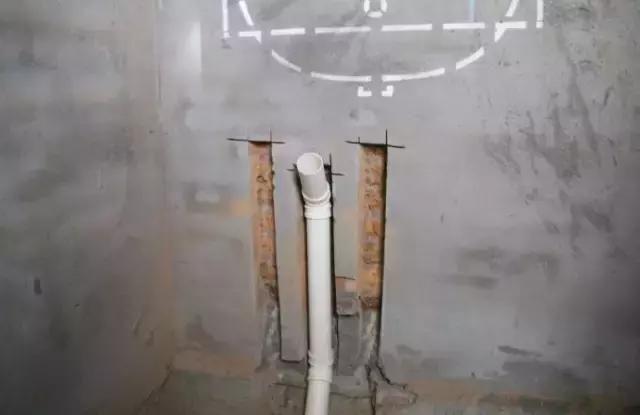"""电路布置遵循""""先布管,后穿线""""的做法,确保""""活线""""."""