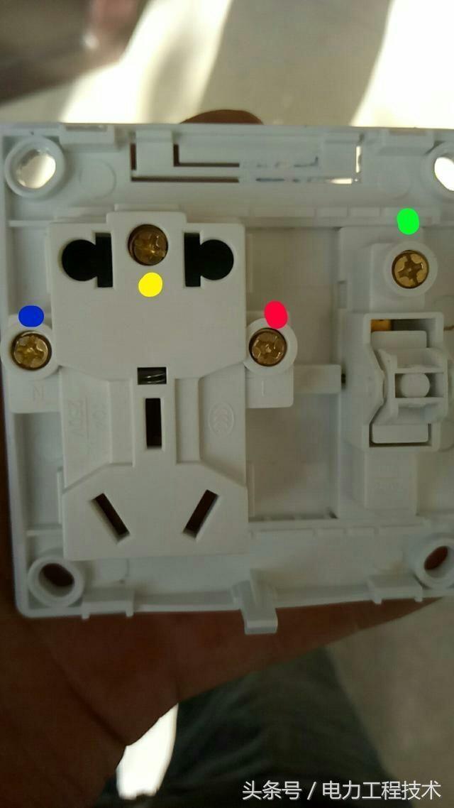 开关控制灯:火线接红,零线接蓝,地线接黄,灯控线接绿.