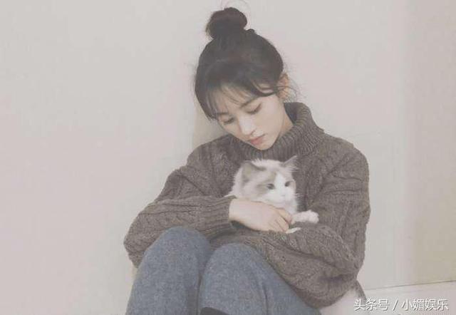 鞠婧祎晒唯美照片,可她用的手机让网友大感意外,赚不到钱了?