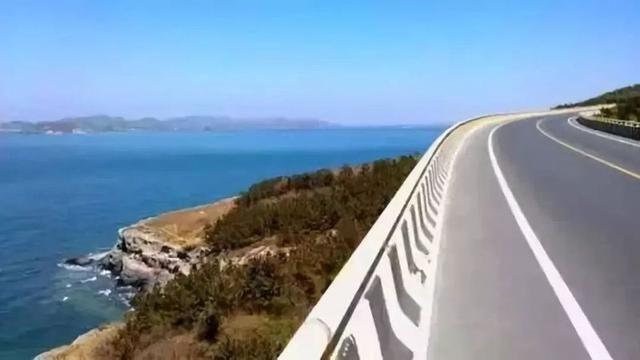 湛江、阳江、茂名、海南近日,连接起这些海滨城市的全新高铁线路进入了桂林人的视野,其中设计时速350公里的合浦至湛江高铁即将开工,把桂林到湛江的车程缩短至5个小时以内,桂林人的高铁向南之旅将走向更蓝更深。 同时,借助已经试运行的湛江与江门以及规划中的往海南等地的高铁,桂林人今后就可以乘着高铁享受到整个雷州半岛、广东沿海甚至海南丰富的旅游资源了。  网络图350公里时速向大海飞奔 上月底,广东省发改委发布了一则信息:经广东省和广西壮族自治区协商,合浦至湛江铁路建设标准拟调整为时速350公里客运专线,设计