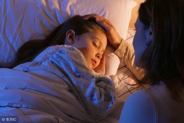 妈妈和儿子做爱影视_妈妈陪伴孩子入睡的过程,就是母子之间情感交流的最佳时机,可以让
