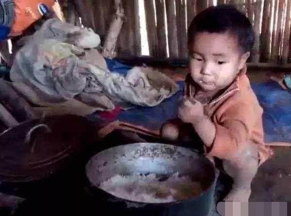 五岁男孩被妈妈抛弃家中,父亲又去逝,竟然自己做饭生活了半个月!