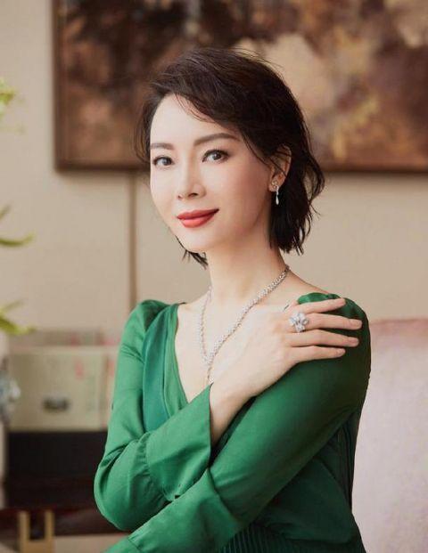 42岁陈数减掉十年长发显小20岁,波波头发型 绿色连衣裙,美腻了图片