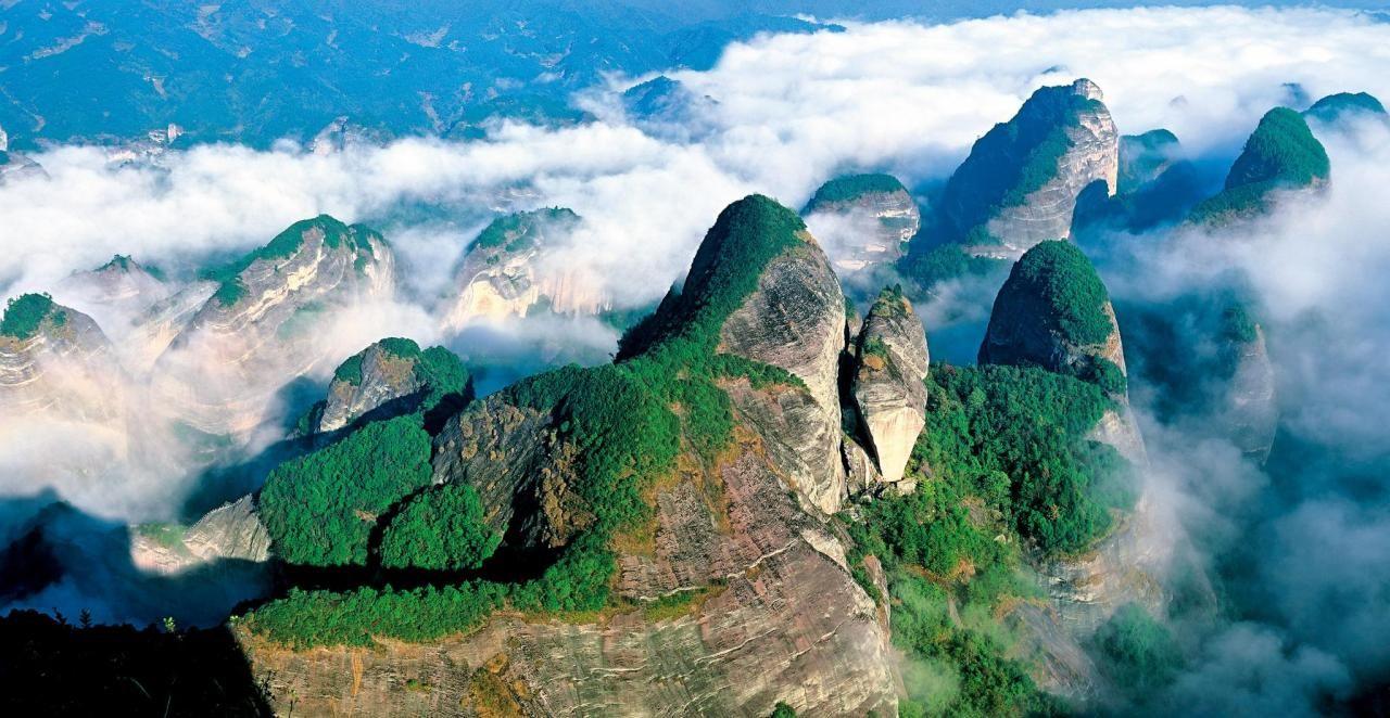 中国世界自然遗产包括: 四川九寨沟风景名胜区,四川黄龙风景名胜区