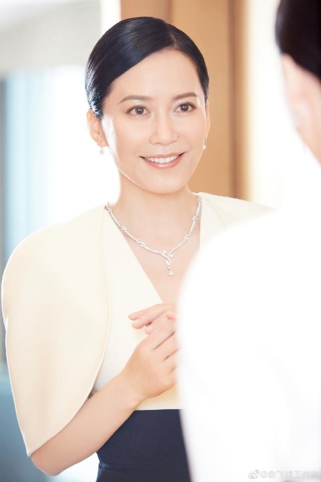 48岁俞飞鸿为何是不老女神,只因发型留对,衣服穿搭,减龄又大气