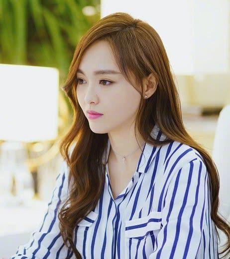 唐嫣在线分享新造型,谁注意到她的眼神?网友:简直换了一个人