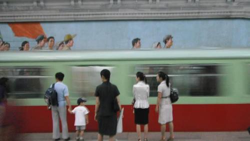 朝鲜女生:印象也爱看言情小说,高跟鞋、半步裙说追我女生图片