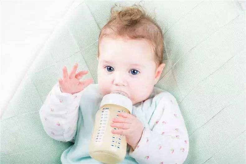 如何给宝宝冲配方奶粉这些误区要避免