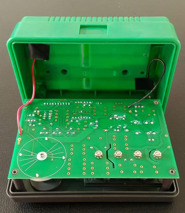 电路板是靠这4颗螺帽,还有左侧的拨盘固定螺丝共同固定的,4颗螺帽同时