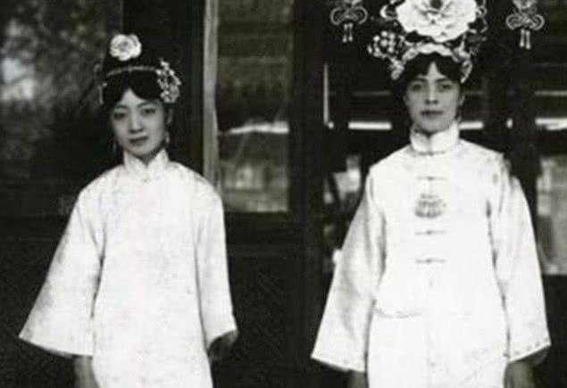 末代皇后婉容老照片:图一是她的英语老师,图四是最后一张合照!