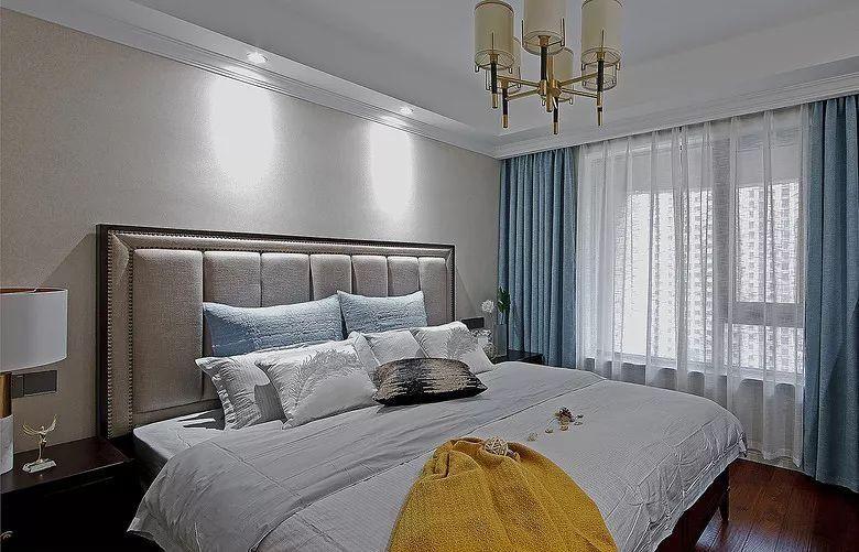 床头柜搭配一款欧式风格大理石台灯,既现代又时尚