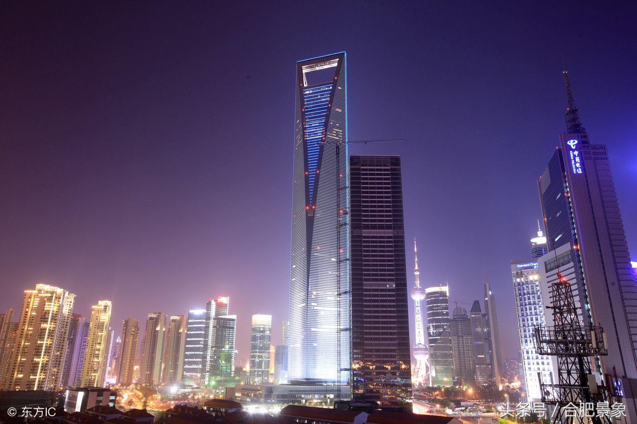 上海环球金融中心: 设计:威廉佩德森 造价:73亿人民币 竣工时间:2008年8月 上海环球金融中心,是陆家嘴金融贸易区内一栋摩天大楼,就现在而言为中国大陆第三高楼、世界第五高楼。大楼楼高492米,地上101层。大厦由商场、办公楼及上海柏悦酒店构成。94至100楼为观光、观景设施,是来访上海的必经之地。大厦内租户多为世界500强公司。
