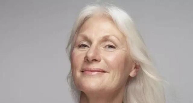 头发变白爱染发,虽减龄、显年轻,但是可能会引发皮肤疾病