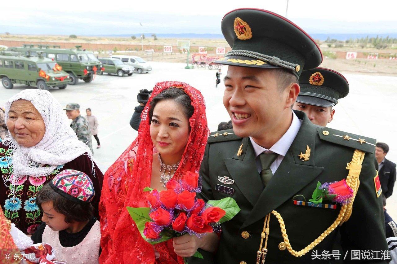 军婚�yi����yk�yl#_幸福军婚,十张军人婚礼照记录千里姻缘,戴上军功章时娶你做新娘