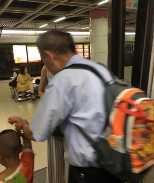 男童乘客上随地小便弄脏地铁行李袋遭指责家女生怎样鲁图片