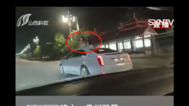 """凯迪拉克长出""""真人装饰品"""",两女子钻出车窗,坐在车顶招摇过市"""