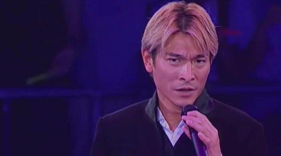 其中很多人认为刘德华颜值巅峰就是2000年时,当时刘德华留的发型就是