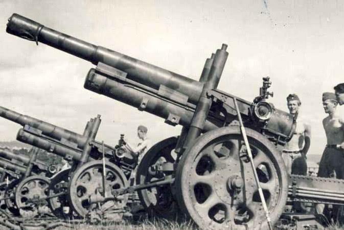 二战一人口小国,德军架起武器准备进攻,希特勒 太强,不敢打
