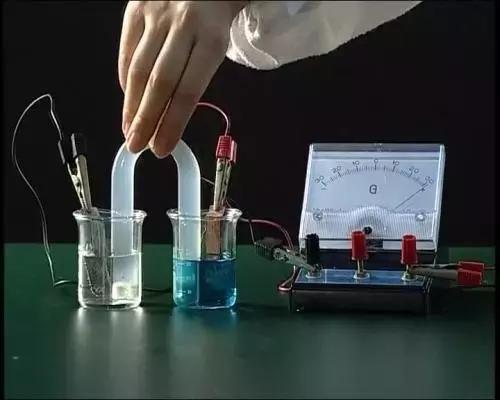 特斯拉用的是什么电池跟我们平时用的5号电池一样吗?