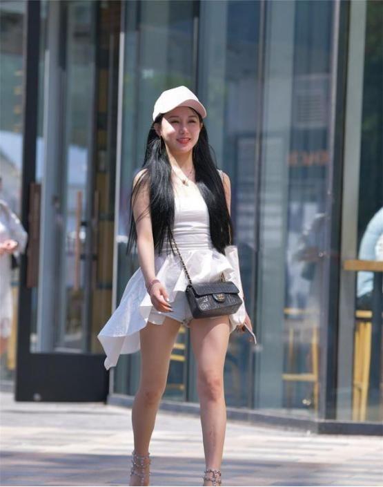 街拍:可爱漂亮的小姐姐,白色上衣搭配短浅色牛仔裤