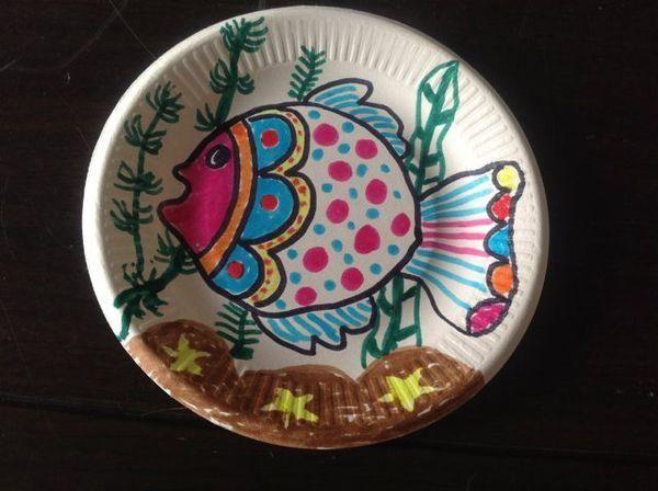 纸盘水粉美术绘画作品,小空间容纳大创意,为孩子的想象力点个赞图片