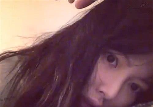泫雅刚刚起床,便着急与粉丝开视频,网友:揉眼睛时也太呆萌了吧