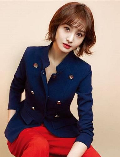 同样是微卷短发的郑爽,一身干练的西装搭配着红色 ...