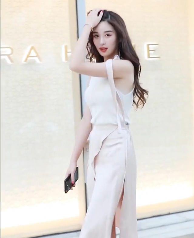 """小姐姐将""""珍珠白""""丝质裙穿出女神气场,飘逸有质感,美的太高级"""