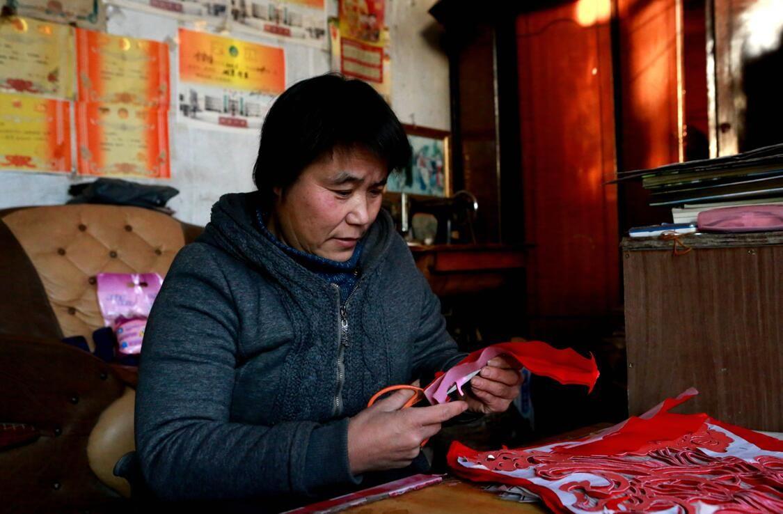 民间下的重生-记新疆玩法剪纸李瑞华泗水剪刀体育游戏及艺人图片