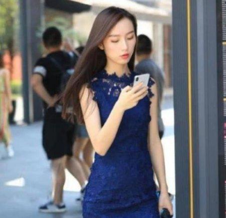 <b>香草美人的小姐姐,一条深蓝色的连衣裙,时尚魅力气质十足</b>