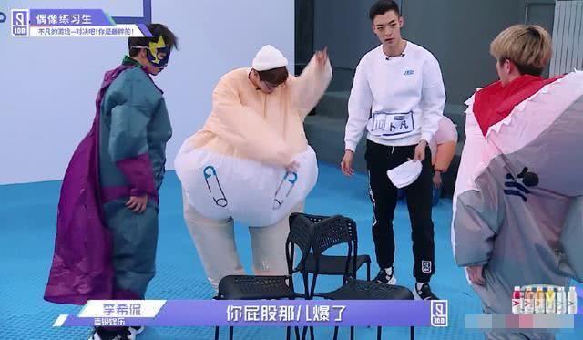 蔡徐坤玩游戏两次坐爆衣服,害羞捂脸,取得胜利后小表情好可爱!