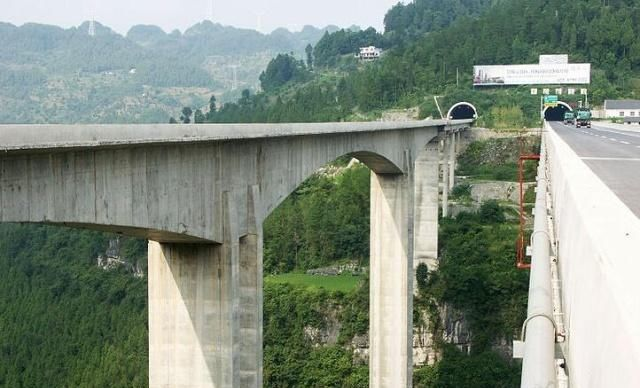 重庆彭水,这座大桥横跨深谷之上200米,让人称赞!