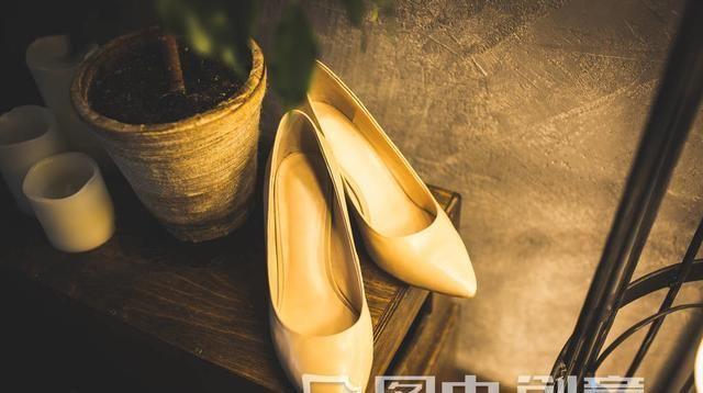 """脚胖的女人有福了,瞧这新上的""""轻软鞋"""",舒适漂亮两不误"""