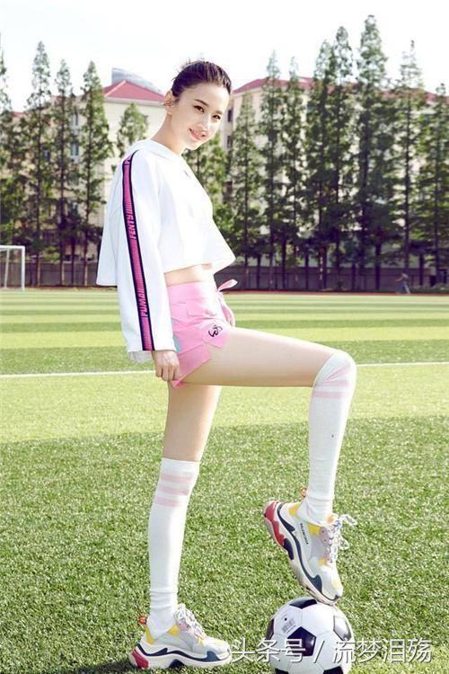 最近我们的女明星们也都换上了可爱的足球宝贝装,也是超级应景,一起来