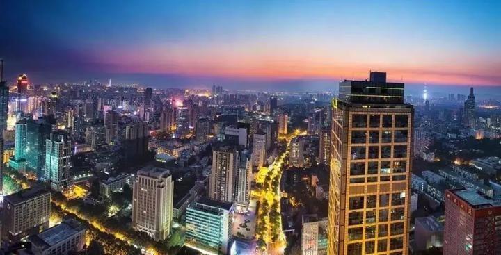 嘉兴的这两个地方规划进了上海,将有什么新发展机遇? 为进一步落实国家区域协调发展战略,推进长三角区域一体化发展,根据上海市委、市政府的总体工作部署,上海市规土局在学习借鉴国内外区域协同规划经验的基础上,从长江经济带和长三角城市群、上海大都市圈、邻沪地区三个层面系统推进长三角区域规划协同工作。 长江经济带、长三角城市群层面 在宏观上明确区域总体定位和发展战略。《长江经济带发展规划纲要》、《长江三角洲城市群规划》等区域发展的纲领性文件已发布,上海市规土局在全市总规、区总规、新市镇总规等各层次规划编制中落实国家