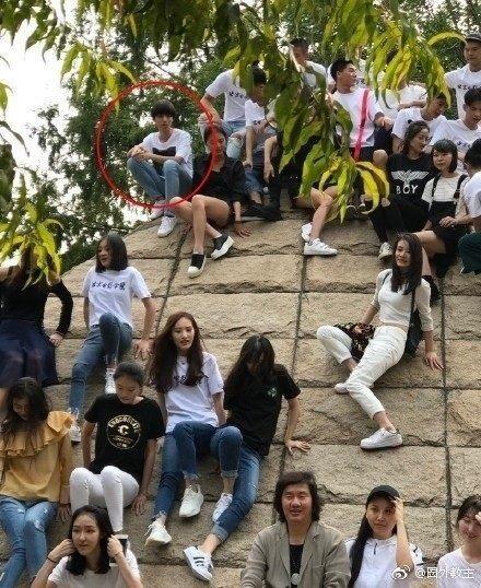 香港马会资料小鱼儿:王俊凯被狗仔跟拍好可怜参加班级活动孤单显拘谨