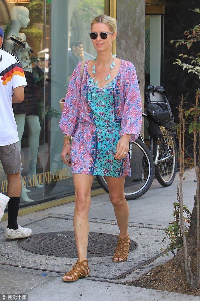 妮基希尔顿穿蓝色碎花裙秀美腿 打扮清新民族风少女感足
