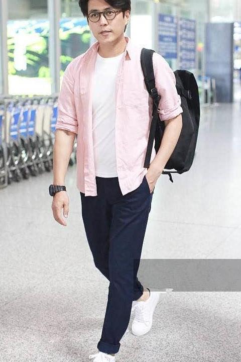 """【热点】靳东的穿衣风格变了?皮衣配牛仔,""""老干部""""也时髦!"""