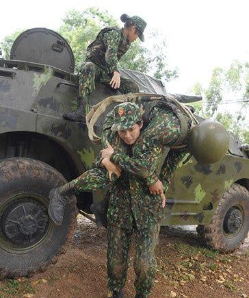 越南女兵将参加国际陆军运动会,赛前舞刀弄枪,常常满头大汗