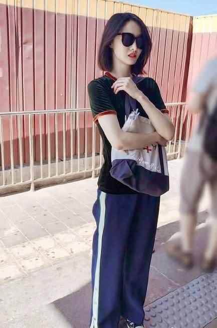 郑爽的白T恤配运动裤和小白鞋插图(5)
