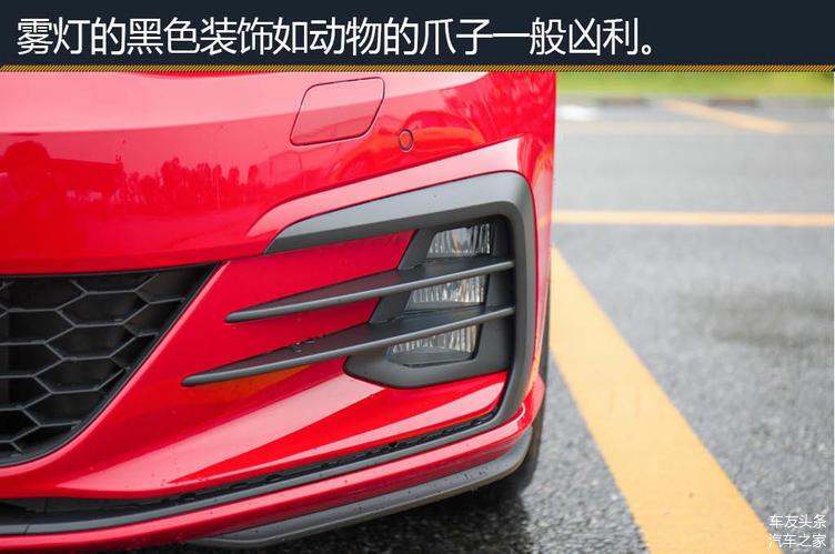 """谈到性能小钢炮,广大车友们会情不自禁的想起高尔夫的GTI车型。该车造型凶悍,但形体小巧,有着强大的动力输出和超高的颜值,人送外号小钢炮。本次我们的实拍车型为指导售价23.99万的2018款大众高尔夫GTI,整车外观内饰均采用了红黑两色的配色风格,给消费者留下了十分动感凶悍的印象。那么今天就一起来了解一下这款车吧。  外观:造型凶悍,体态小巧 本次实拍车为红色车身,在外观方面显得非常显眼。相比前代GTI,该车的外观变化并不大,修长的格栅贯穿大众Loge,搭配上一条红色的装饰条和""""GTI""""的铭牌,具"""