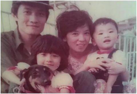 贾静雯一家人合照,看她妈妈,那不就是她现在的样子