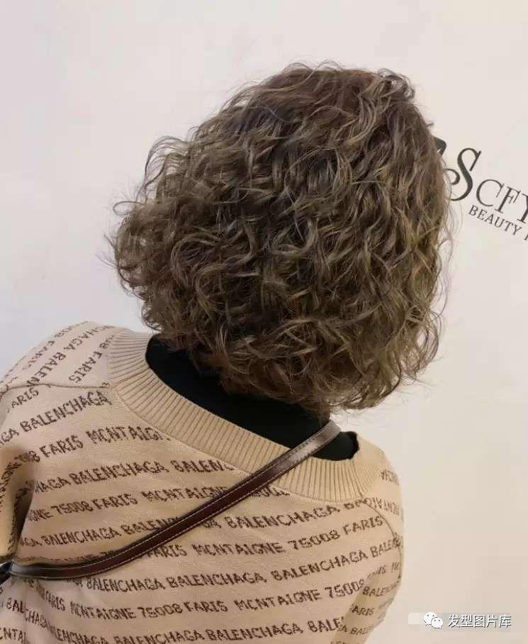 羊毛卷,2018年底最火的烫发发型微卷欧美短发图片