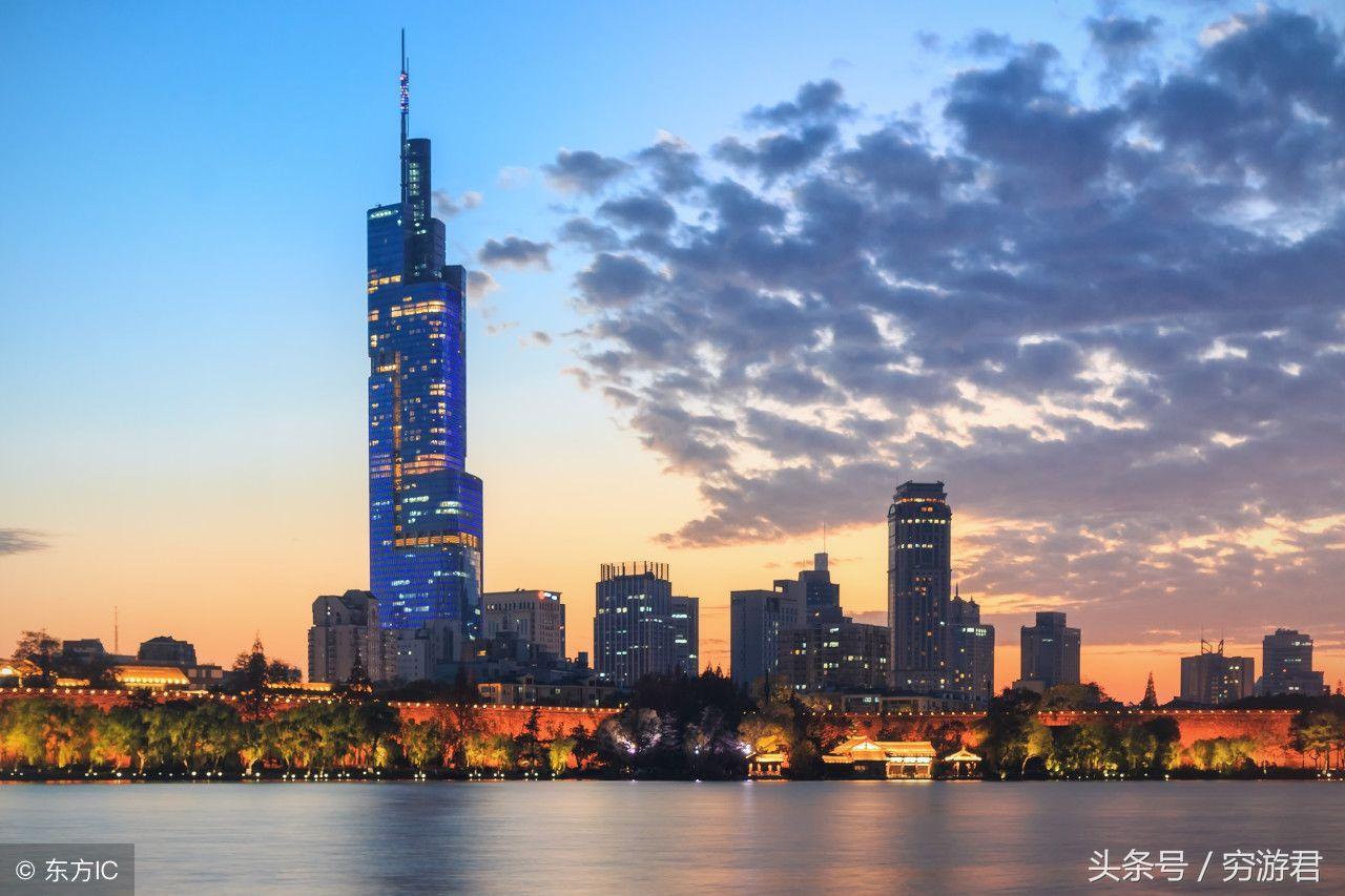 8.绿地广场・紫峰大年夜厦简称紫峰大年夜厦或紫峰建造高度450m位于南京市鼓楼区鼓楼广场.