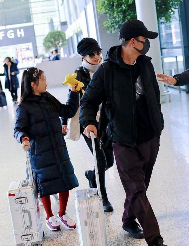 文章马伊琍一家四口回家过年,网友:超幸福的一家人,女儿好可爱