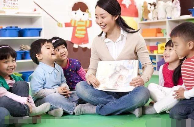 幼儿园小朋友说老师打他了,而老师只是轻轻的推了他一