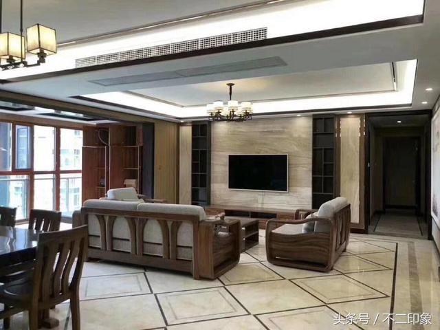 客厅电视背景墙中间贴大理石,大理石是定制的,特别有档次.