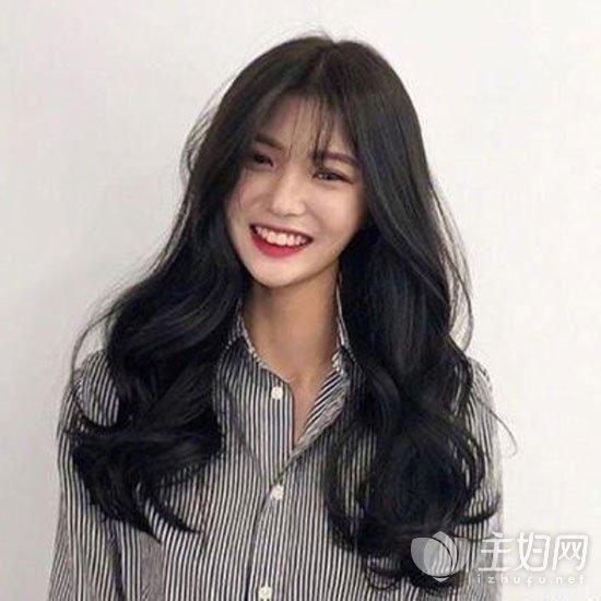 在2018年流行发型中,这款空气刘海搭配的中长发卷发发型一定是很受